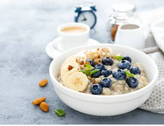 marathon-runners-diet-max-energy-on-race-day-Oatmeal-with-small-fruits-on-top