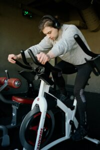 How-To-Perform-The-Best-Cross-Training-For-Runners-man-in-Exercise-Bike