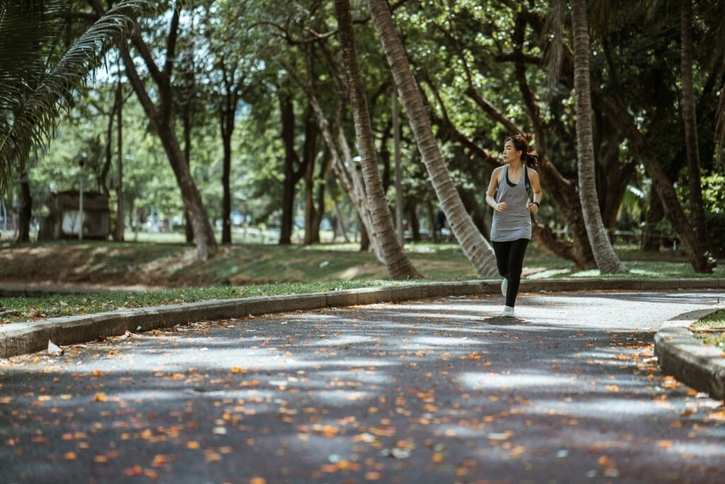 How-to-lose-weight-by-running-–-the-best-way-Woman-running-in-park