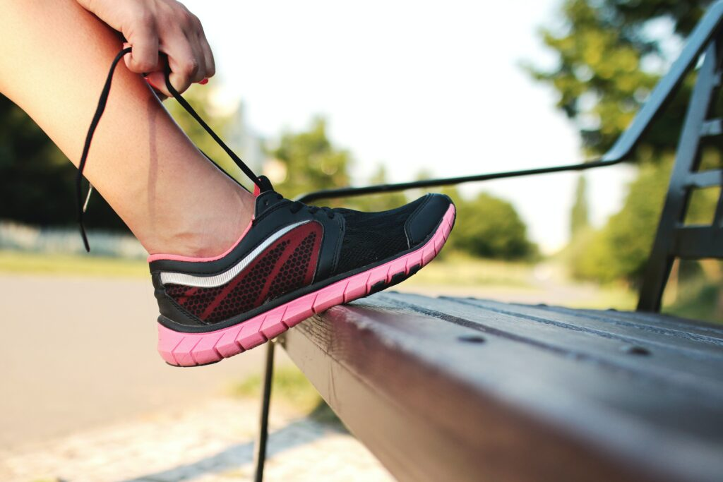 8-Best-Running-Tips-For-Beginners-woman-binds-running-shoes