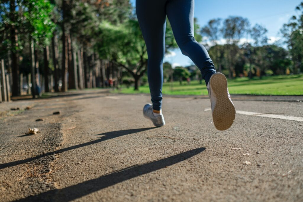 How-to-Choose-The-Best-Running-Shoes-For-Women-woman-running-in-the-park