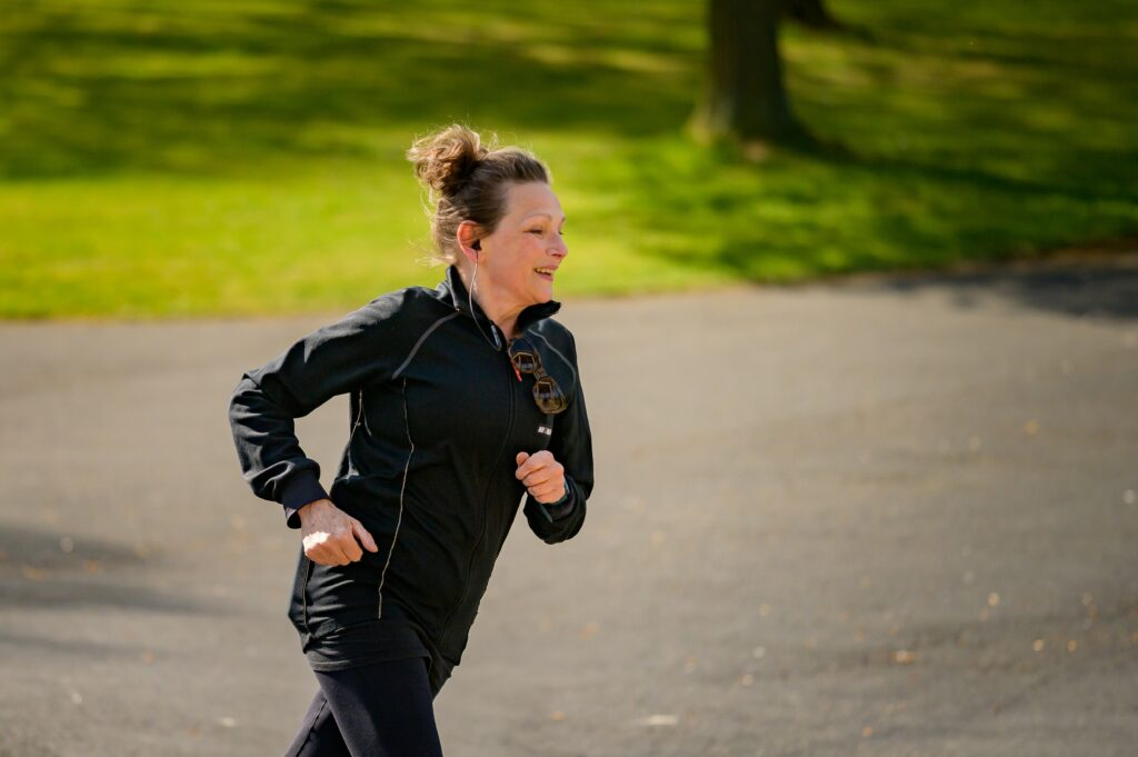 8-best-tips-for-music-to-running-training-Woman-with-earbuds-running-in-nature