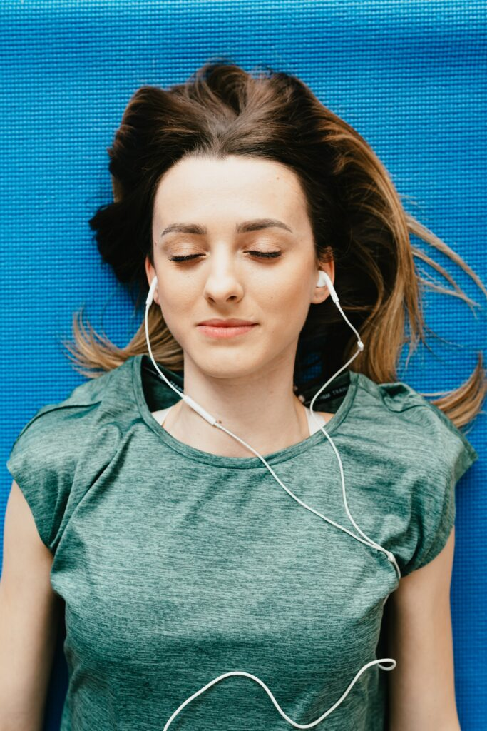 8-best-tips-for-music-to-running-training-female-with-wired-aerbuds-after-running